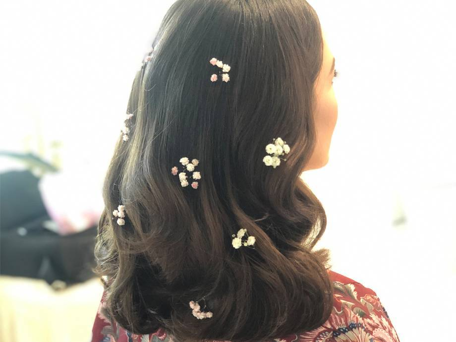 Mandy Moore Wore Itty Bitty Flowers In Her Hair On Her Wedding Day — Here's How to DIY