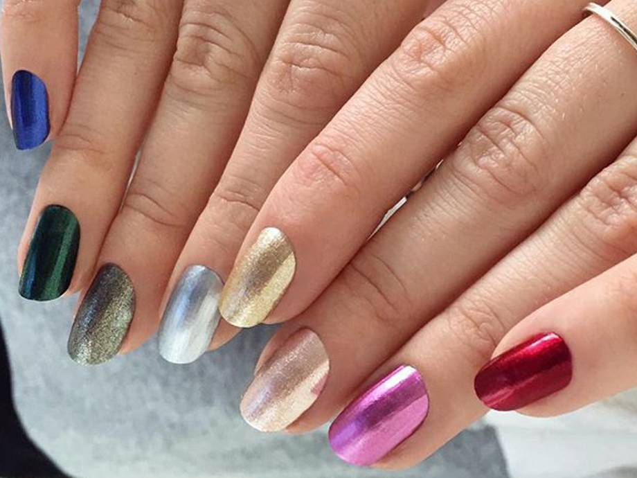 The Gradient Nail Trend Gets a Holiday Makeover