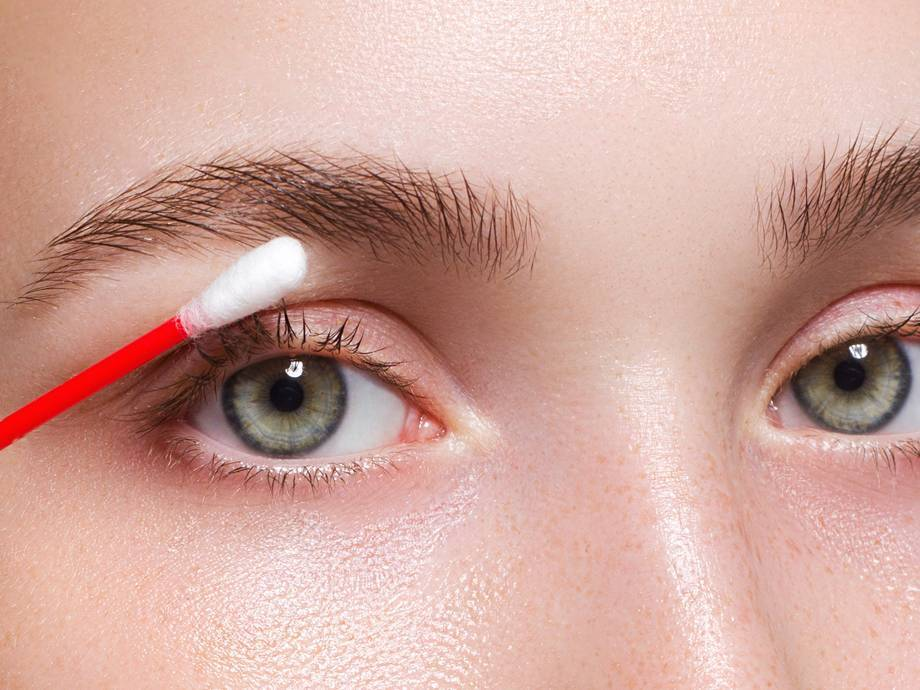 How to Gently Remove Eyeliner From Your Waterline